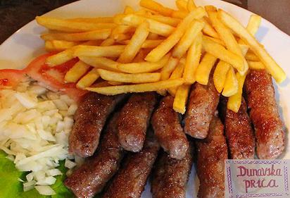 Samo 250 din porcija 10 ćevapa na kajmaku sa pomfritom kao prilogom u restoranu Dunavska priča na Zemuskom keju! Vrhunski roštil